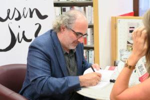 """Michael Niavarani signiert in der Buchhandlung Morawa in der Wollzeile sein neues Buch """"Romeo & Julia""""."""