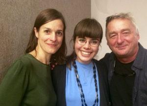 """Foto von Helen Zellweger, Theodora Bauer und Andreas Vitasek bei """"Die Freiheit des Lachens""""."""